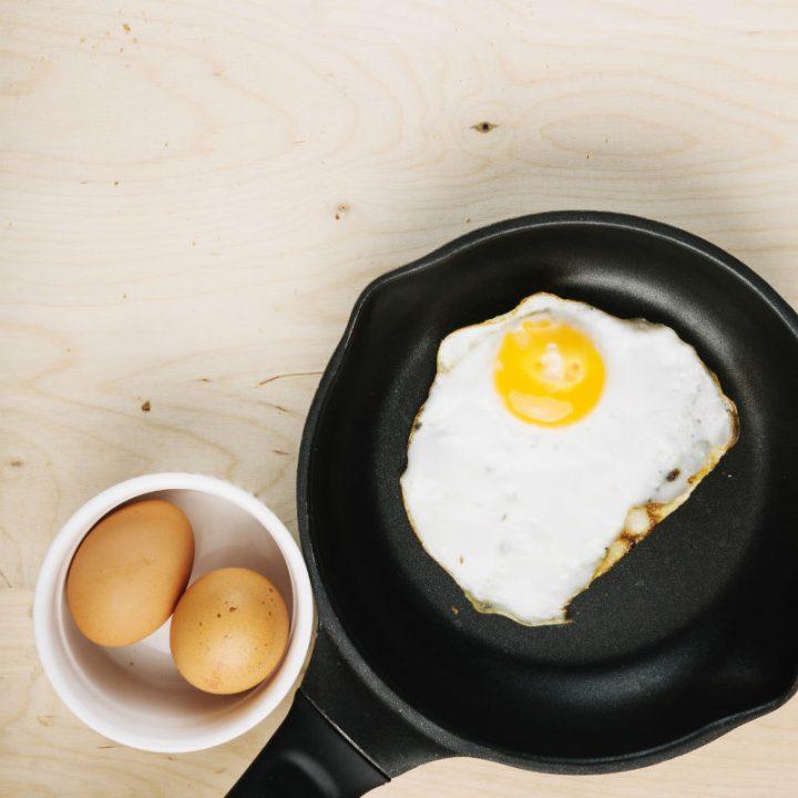 ココットの中に入った卵とフライパンの上の目玉焼き