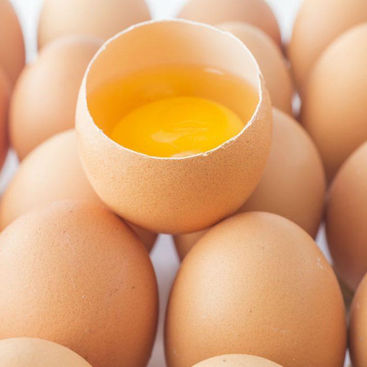 卵の殻の中から黄身と白身が見えている