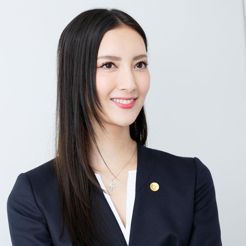 『リーガルV~元弁護士・小鳥遊翔子~』の役衣装を着た菜々緒のインタビューカット