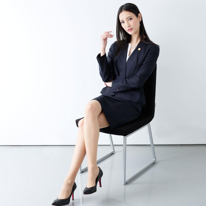 『リーガルV~元弁護士・小鳥遊翔子~』の役衣装を着てイスに座て足を組む菜々緒