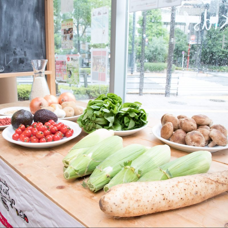 熊澤枝里子さんと酒井千佳さんよる薬膳のワークショップ。テーブルの上に並べられた野菜