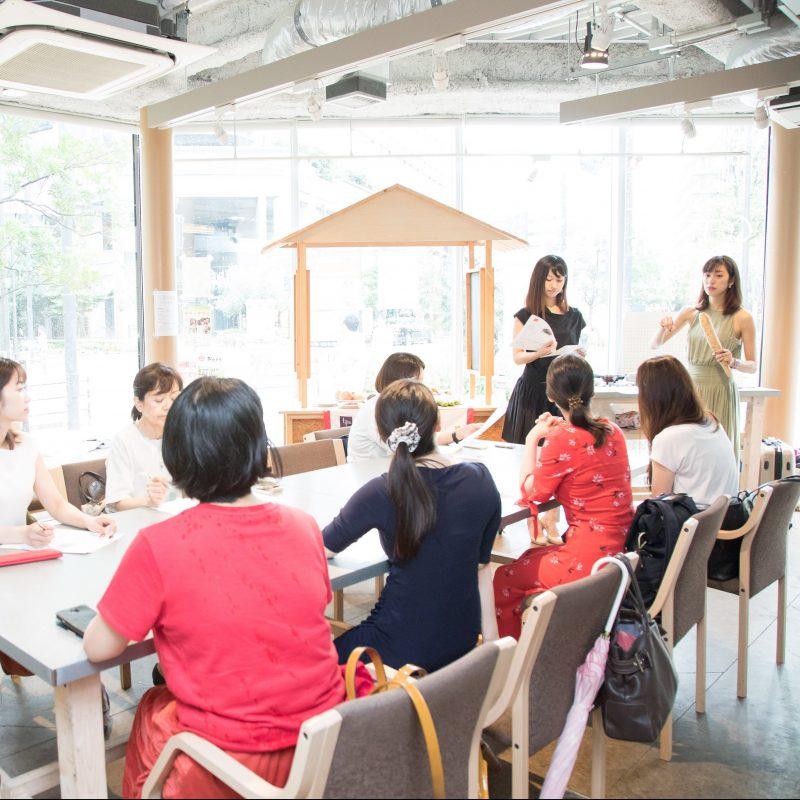 の熊澤枝里子さんと酒井千佳さんが薬膳のワークショップで生徒に指導