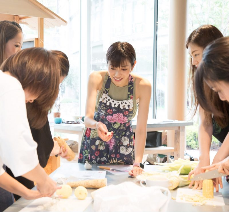 熊澤枝里子さんと酒井千佳さんよる薬膳のワークショップで山芋とじゃがいものポタージュスープを作っている様子