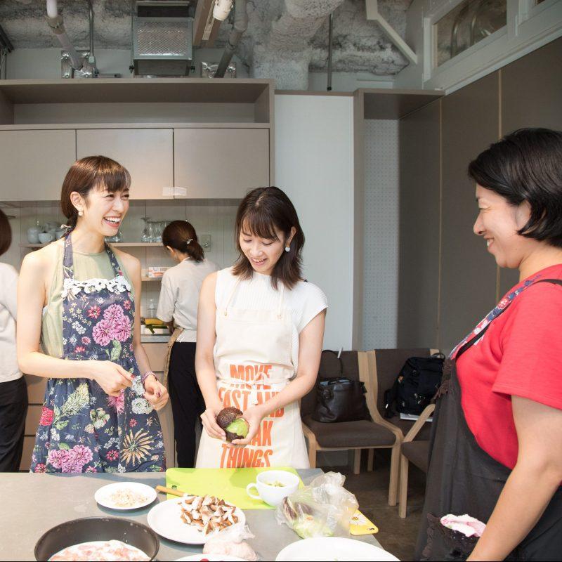 熊澤枝里子さんと酒井千佳さんよる薬膳のワークショップで薬膳料理を作ってる様子