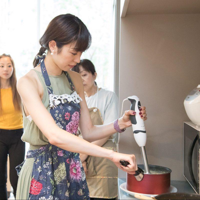 熊澤枝里子さんと酒井千佳さんよる薬膳のワークショップで山芋とじゃがいものポタージュスープをつくっている様子