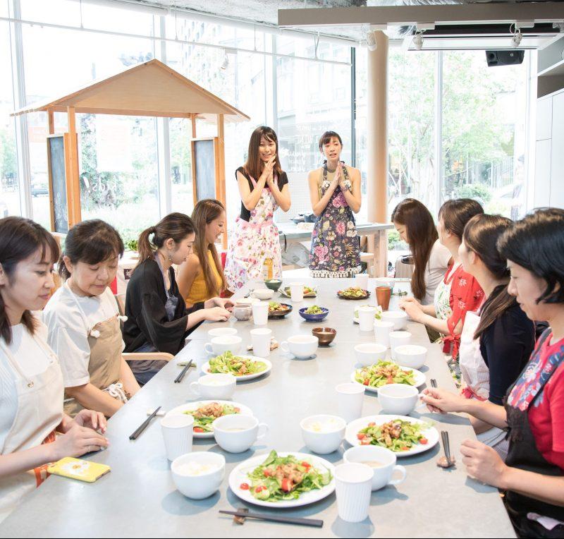 熊澤枝里子さんと酒井千佳さんよる薬膳のワークショップで食卓を囲む生徒たち