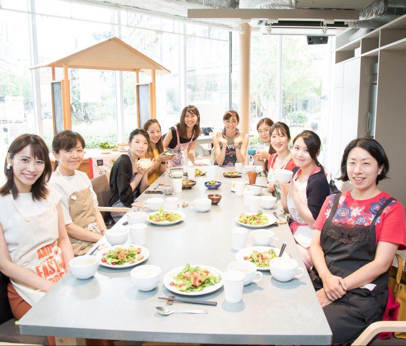 熊澤枝里子さんと酒井千佳さんよる薬膳のワークショップで生徒たちと食卓を囲む