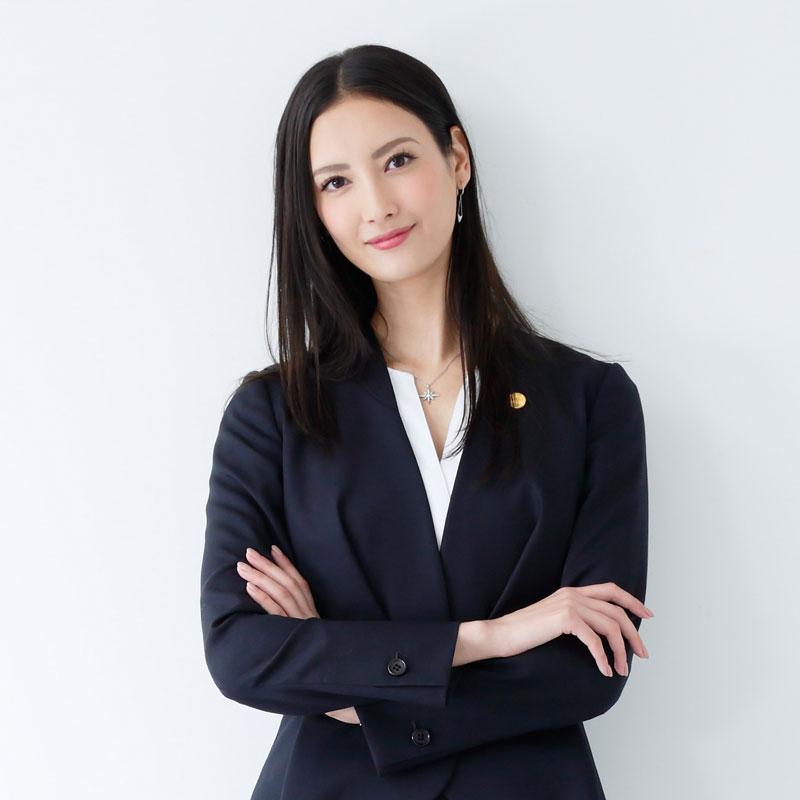 『リーガルV~元弁護士・小鳥遊翔子~』の役衣装を着た菜々緒