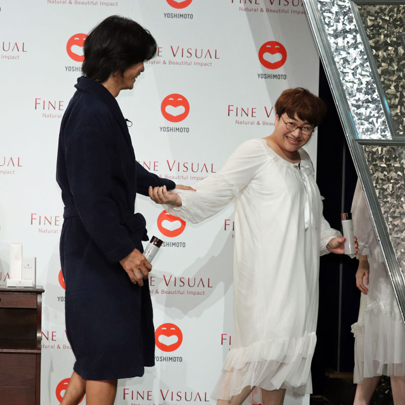 ハリセンボン・近藤春菜の手を触るテット・ワダ