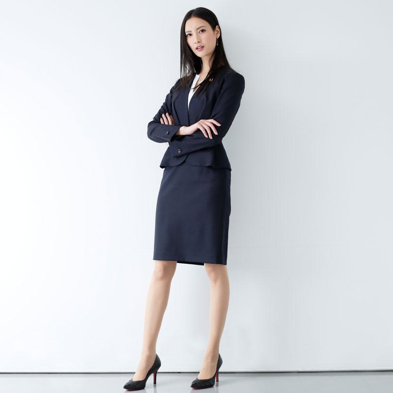 『リーガルV~元弁護士・小鳥遊翔子~』の役衣装を着た菜々緒の全身
