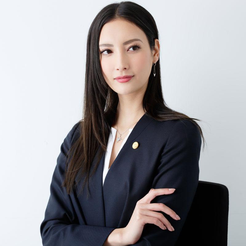 『リーガルV~元弁護士・小鳥遊翔子~』の役衣装を着た菜々緒の上半身