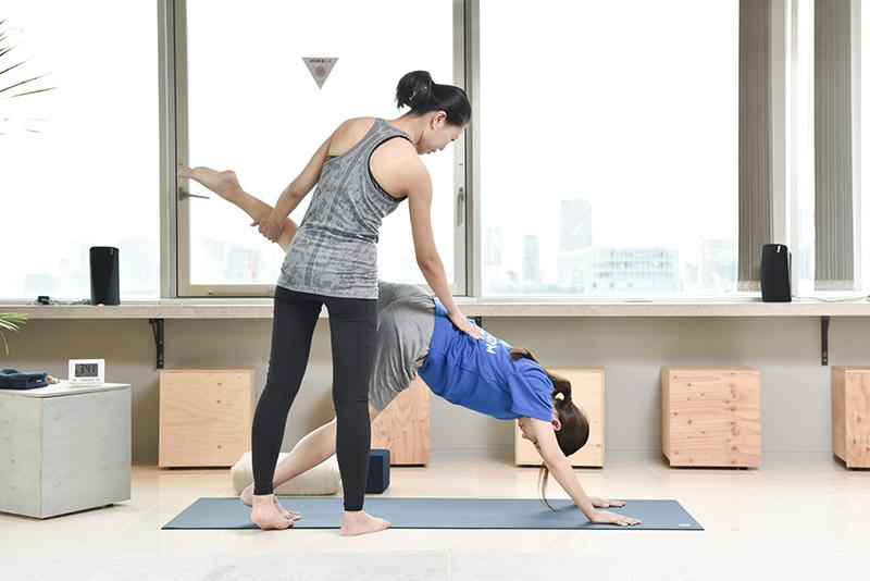 ZERO GYMの松尾伊津香さんが自重トレーニングを指導