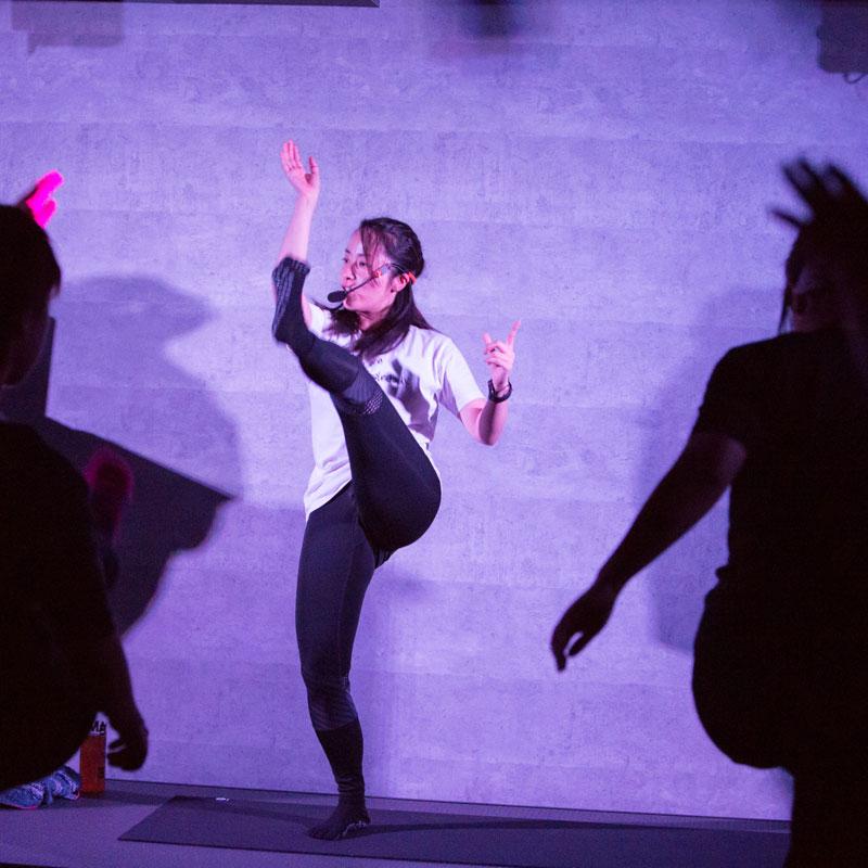 『EXPA(エクスパ)』のレッスン風景。女性トレーナーが足を上げている