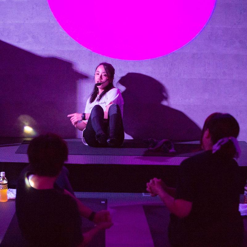 『EXPA(エクスパ)』のレッスン風景。女性トレーナーがお腹を鍛える動きのレッスンをしている