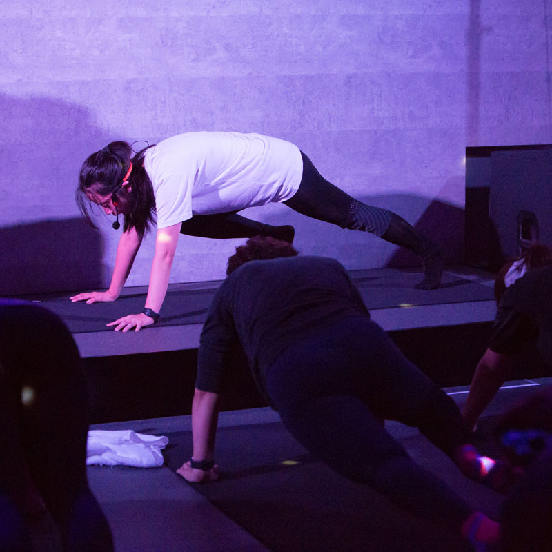 『EXPA(エクスパ)』のレッスン風景。女性トレーナーが床に両手をついている