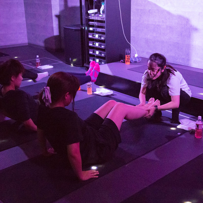 『EXPA(エクスパ)』のレッスン風景。女性トレーナーが受講者の足を持って指導
