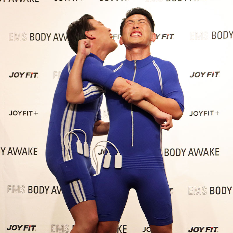 『EMS BODY AWAKE』を体験するジャングルポケット・おたけ&太田博久