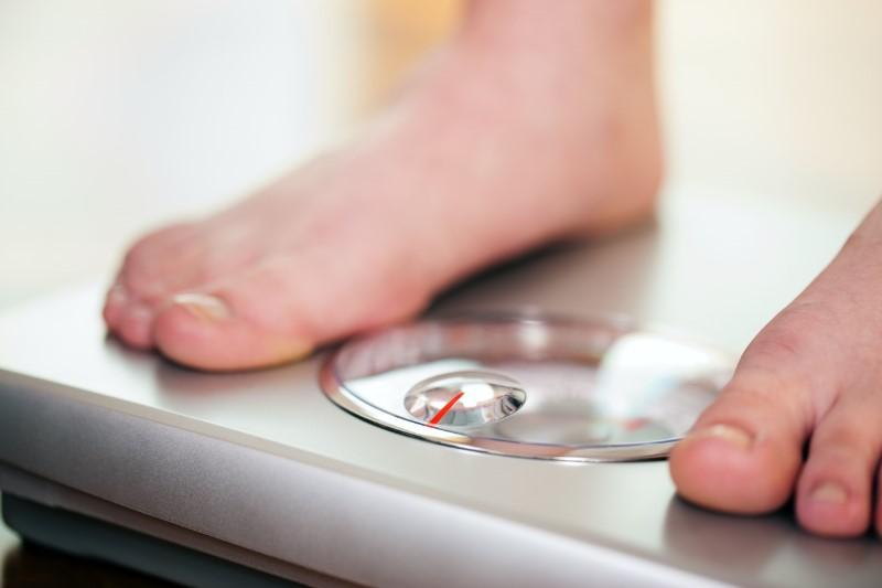 体重計にのっている足のアップ