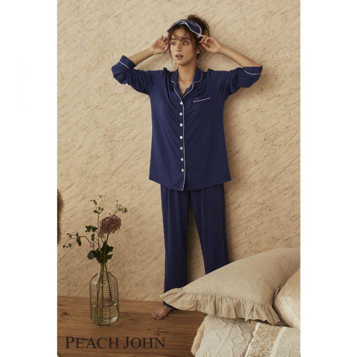 ネイビーのシャツパジャマを着た中村アン