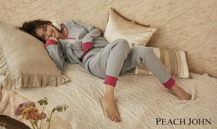 グレーとピンクのシンプルな部屋着を着た中村アン