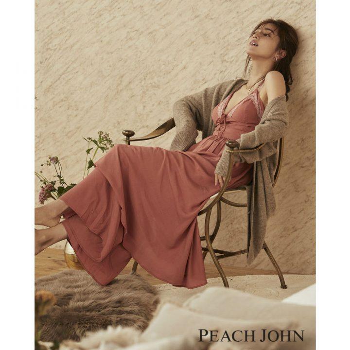 椅子の背にもたれて座る中村アン
