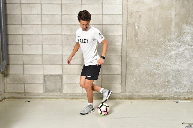 右脚の膝を曲げて、つま先でボールにタッチしている