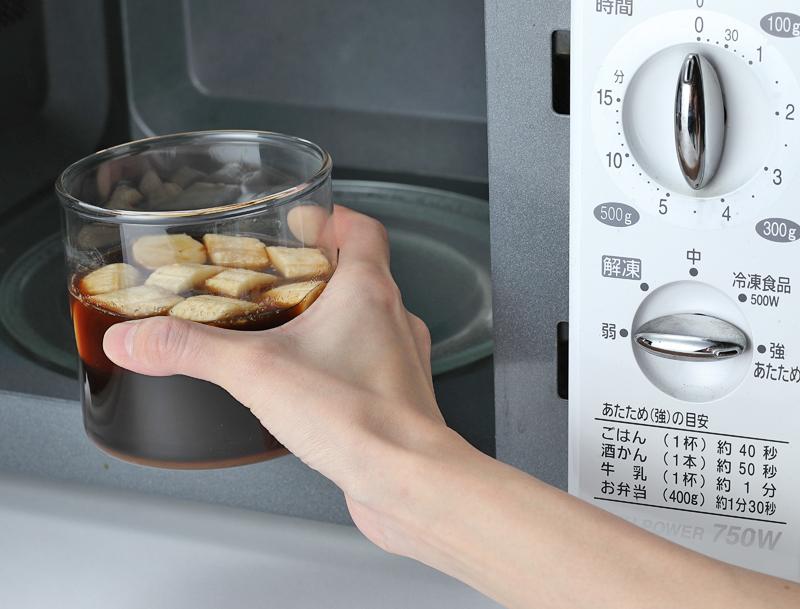 電子レンジで加熱したバナナ酢を取り出す