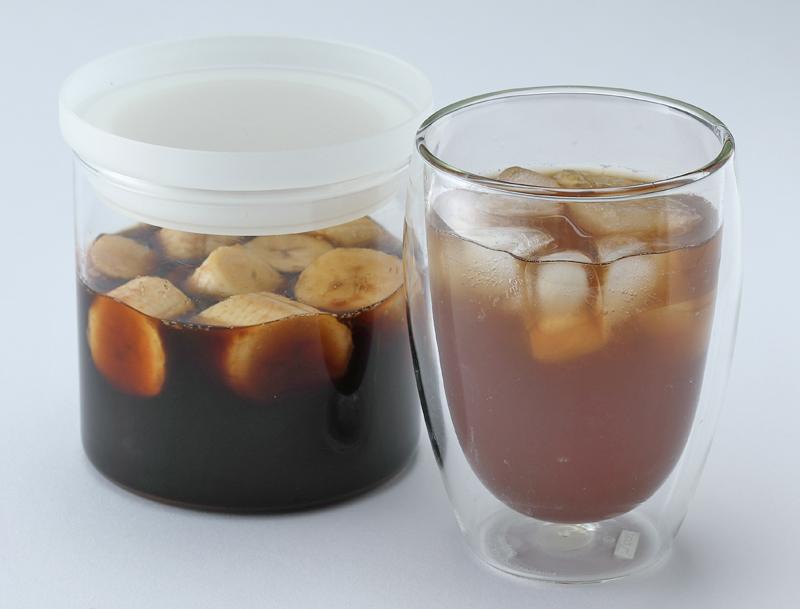 バナナ酢の入った容器と飲み物