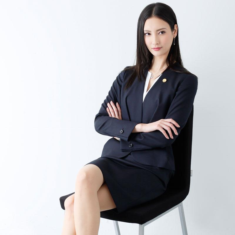 『リーガルV~元弁護士・小鳥遊翔子~』の役衣装を着た菜々緒がイスに座って足を組んでいる