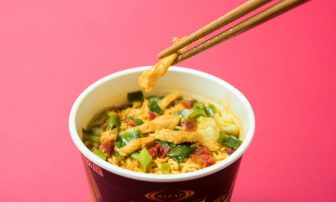 「ファミマ×ライザップ」のカップ麺『辛口チキンカレーラーメン』を【実食レポ】