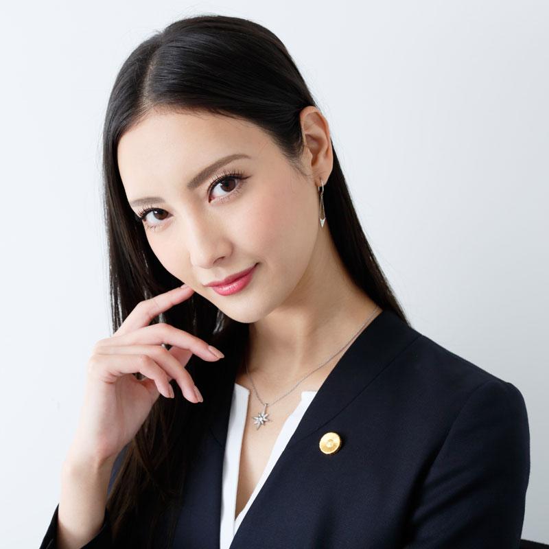 『リーガルV~元弁護士・小鳥遊翔子~』の役衣装を着た菜々緒のカメラ目線
