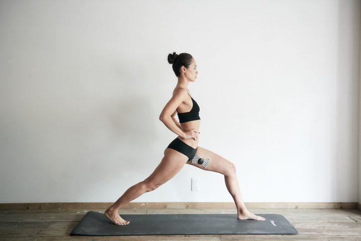 『ルルド シェイプアップリボン チャージ』を内ももに貼りトレーニングする女性
