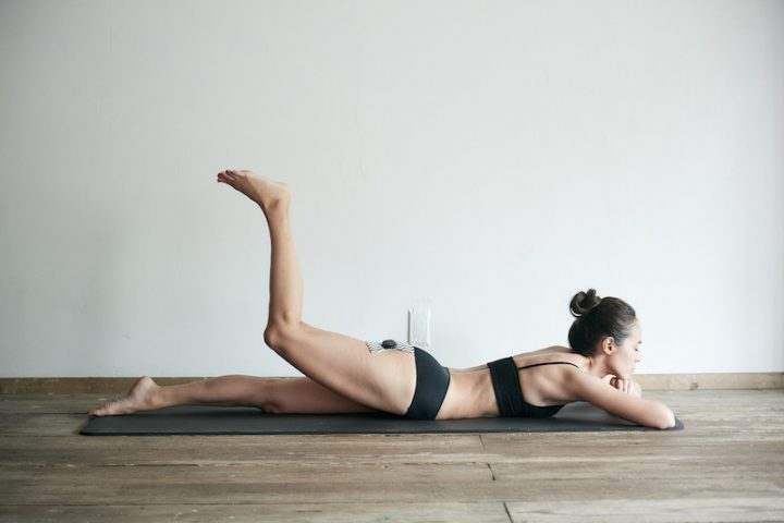 『ルルド シェイプアップリボン チャージ』を太ももに貼りトレーニングする女性