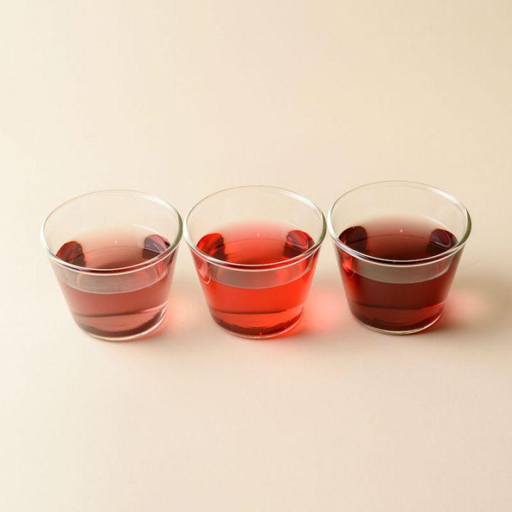 グラスに入った『natoha(ナトハ)黒人参茶』の3種のお茶
