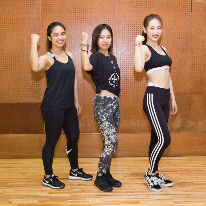 モノトーンカラーのウェアを着た女子3人