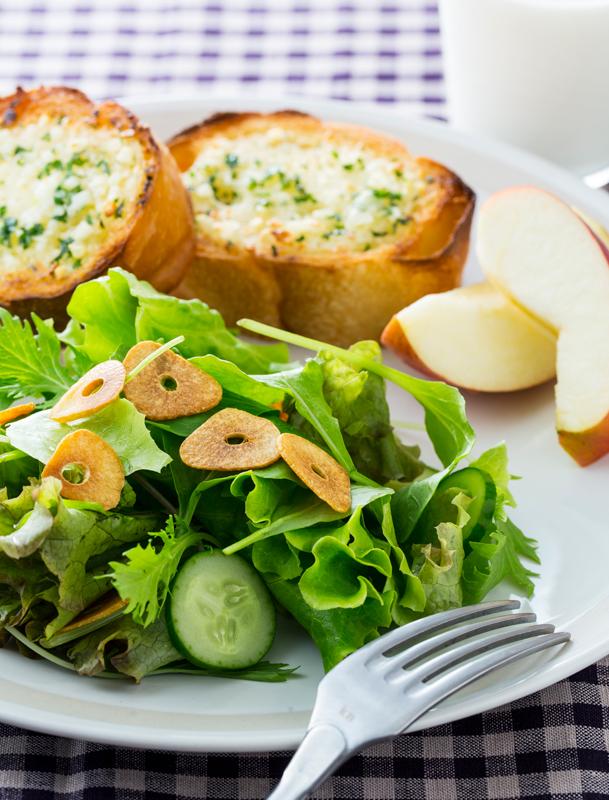 ガーリックチップのせサラダ、りんご、トーストプレート