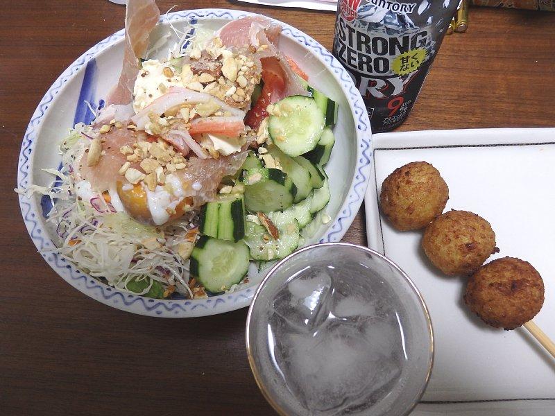 サラダ、ファミリーマートの鶏つくね串、缶チューハイ