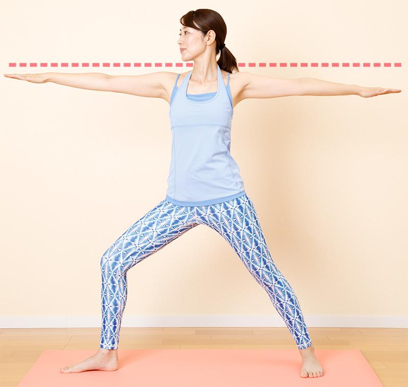 両腕を左右に広げ、右脚を横に大きく開く