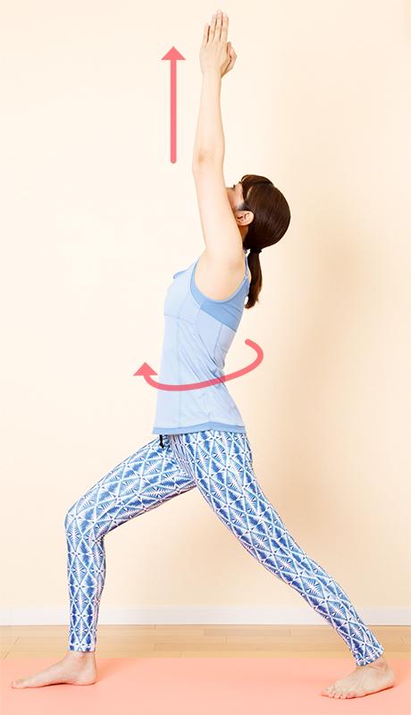 右脚を横に大きく開く。左右の足のつま先と全身を右に向け、両腕を上に伸ばす
