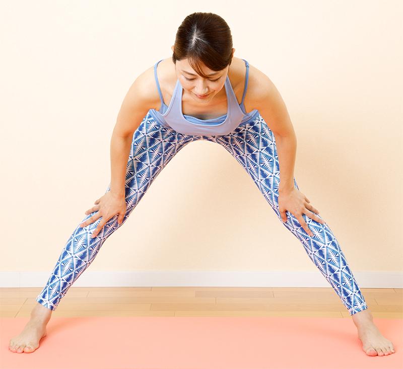 右脚を横に大きく開く。両手でひざをつかみ頭を軽く下げる