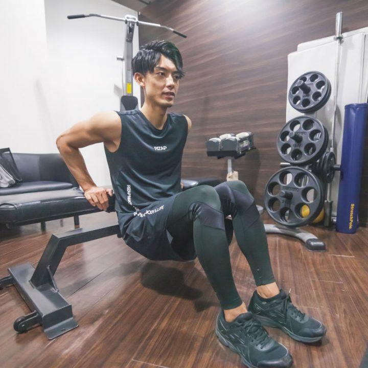 リバースプッシュアップのNGのやり方を紹介する伊藤佑トレーナー
