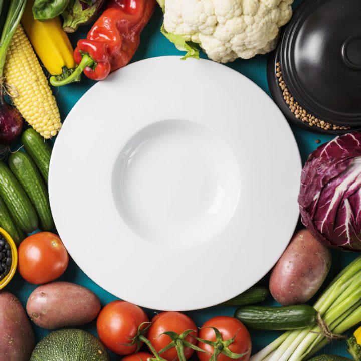 野菜に囲まれた皿
