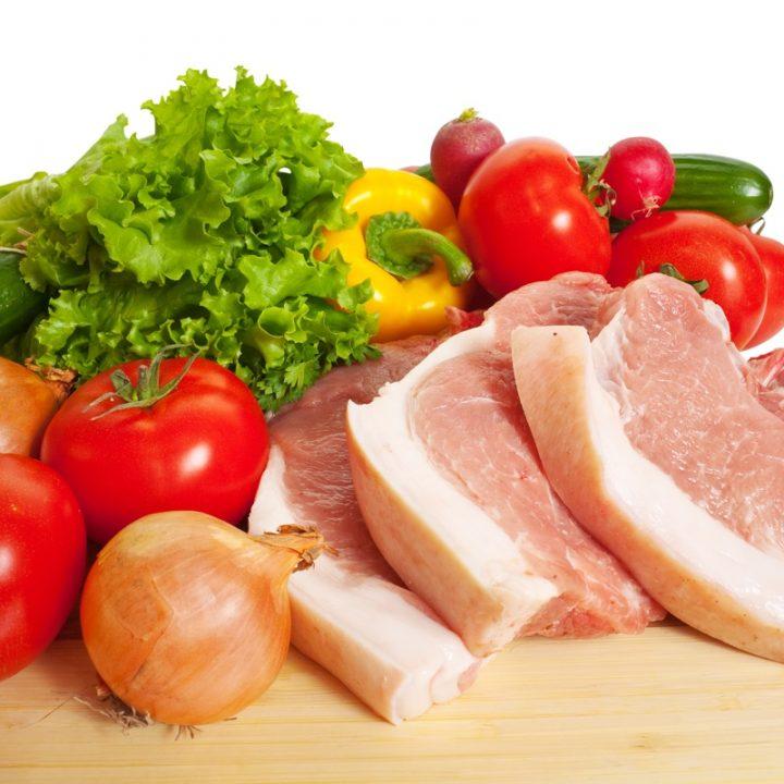 木の板の上に置かれている野菜と豚肉