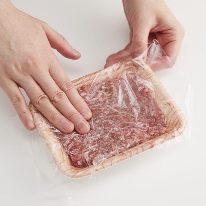 ひき肉をトレーの中で成形している様子