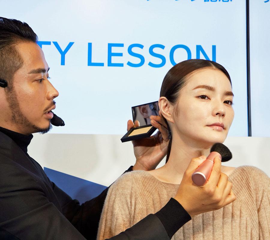 女性モデルの顔にメイクを披露する小田切ヒロ