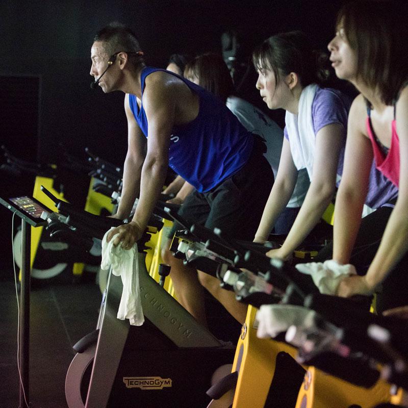 「CYCLE & STUDIO R」VRサイクル『THE TRIP』で自転車を漕ぐ体験者
