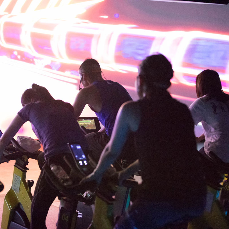 「CYCLE & STUDIO R」VRサイクル『THE TRIP』の体験者の後ろ姿