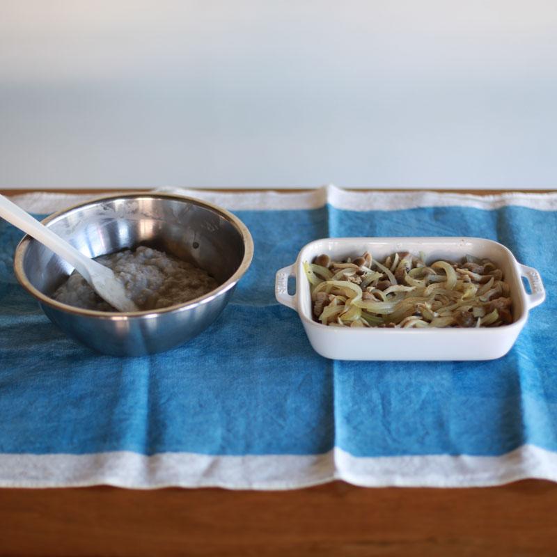 ボウルに入った里芋と、容器に入ったグラタンの材料