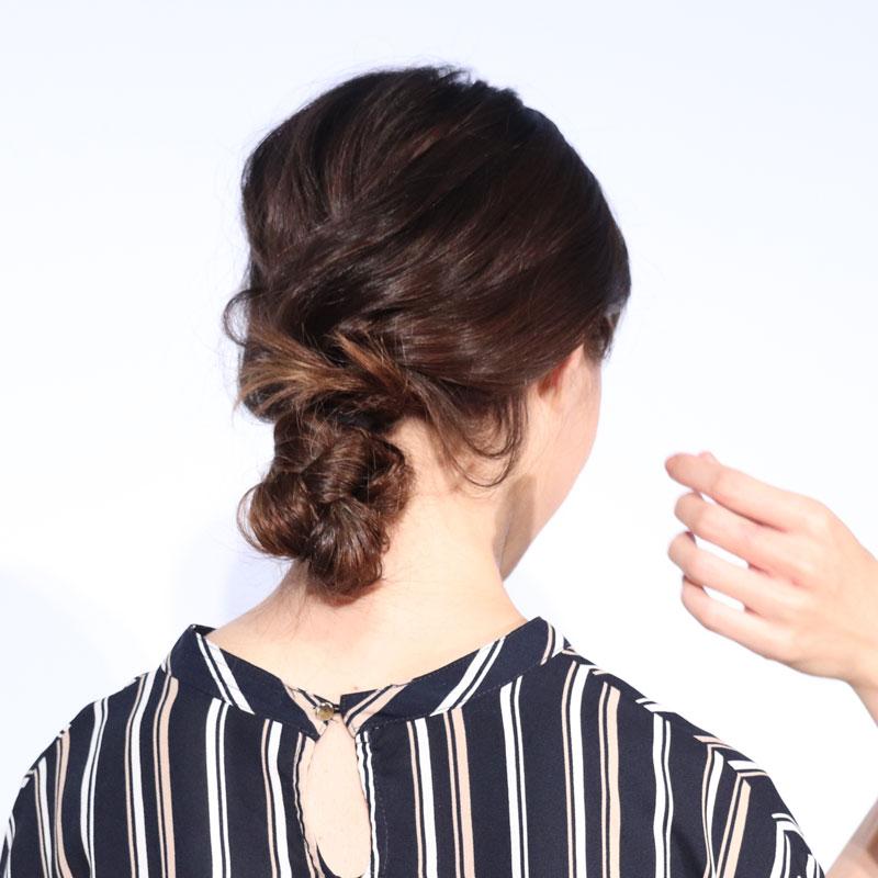 """イガリシノブさんによる""""朝ラク""""ヘアスタイリングのデモンストレーションを受けた女性の髪形"""