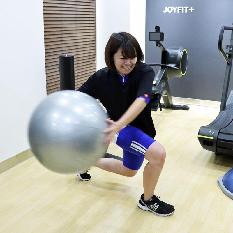 トレーナーの指導の元、両手でボールを持ってスプリットスクワットを行うライターF